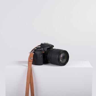Macchina fotografica professionale su scatola bianca