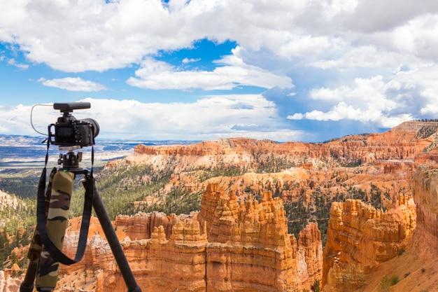 Macchina fotografica sul treppiede pronto a sparare in bryce canyon national park di giorno, utah, usa