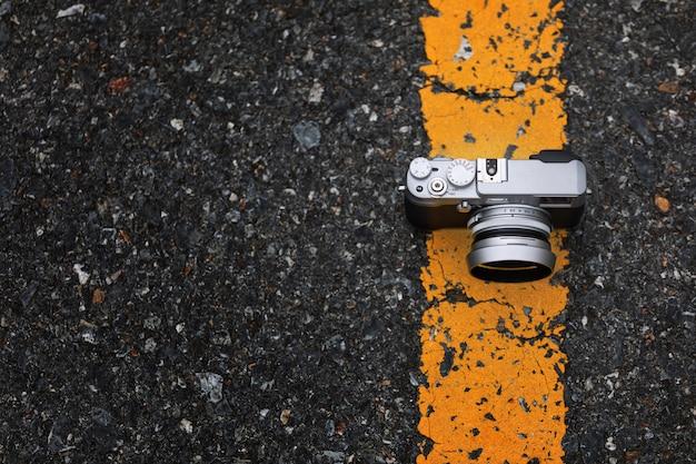 Macchina fotografica sulla strada con sfondo bokeh