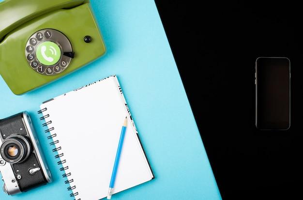 Macchina fotografica, telefono, taccuino, matita combinati in un telefono cellulare.