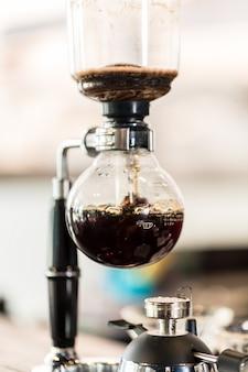 Macchina per caffè americano nella caffetteria super alla moda