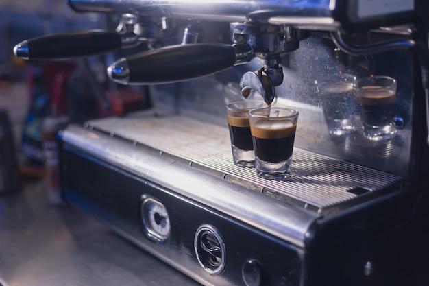 Macchina per caffè espresso che prepara un caffè
