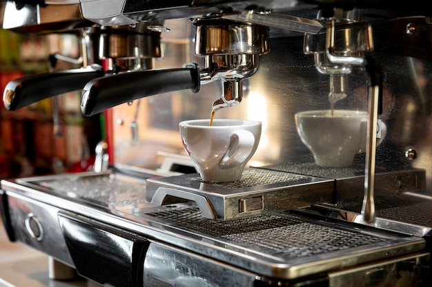 Macchina per caffè professionale che versa espresso