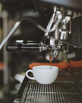 Macchina per il caffè riempire una tazza