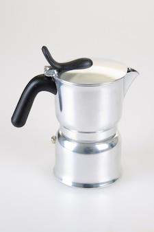 Macchinetta del caffè italiana piano cottura grigio argento su fondo bianco