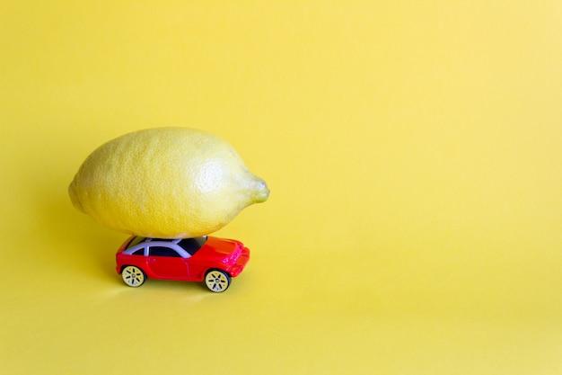 Macchinina rossa fortunata con limone fresco, consegna di agrumi
