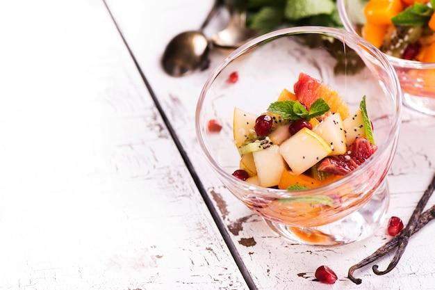 Macedonia di frutta in ciotole di vetro