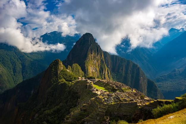 Machu picchu illuminato dalla destinazione di viaggio della luce solare nel perù