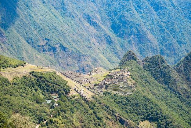 Machu picchu sulla cresta della montagna vista dall'alto