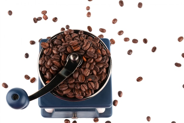 Macinacaffè e chicchi di caffè vecchi