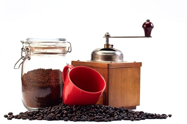Macinacaffè e tazza vuota, chicco di caffè