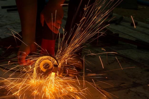Macinatura elettrica della mola su acciaio. scintille dal taglio