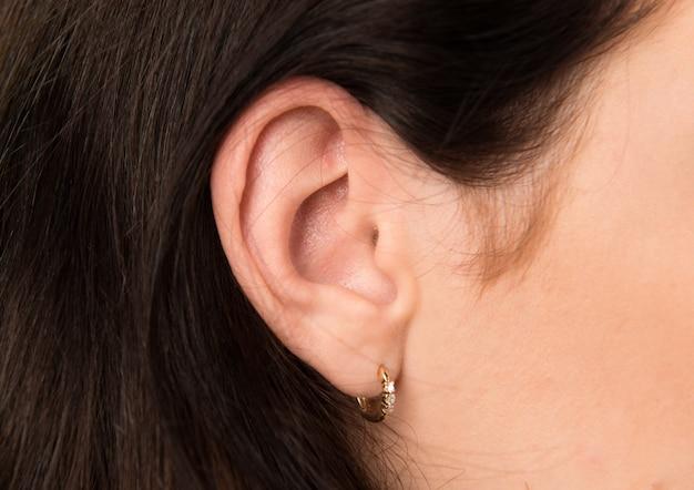 Macro - chiuda in su dell'orecchio della donna