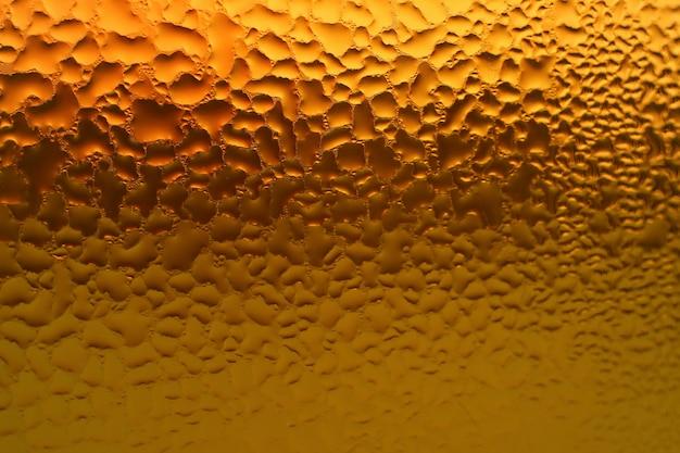 Macro colpo di condensa sulla bottiglia piena di succo di erbe miste