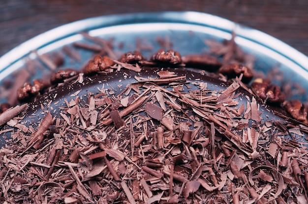 Macro deliziosa torta al cioccolato con noci e glassa lussuosa