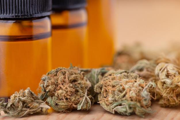 Macro dettaglio del contagocce con olio di cbd, concetto di marijuana medica di cannabis