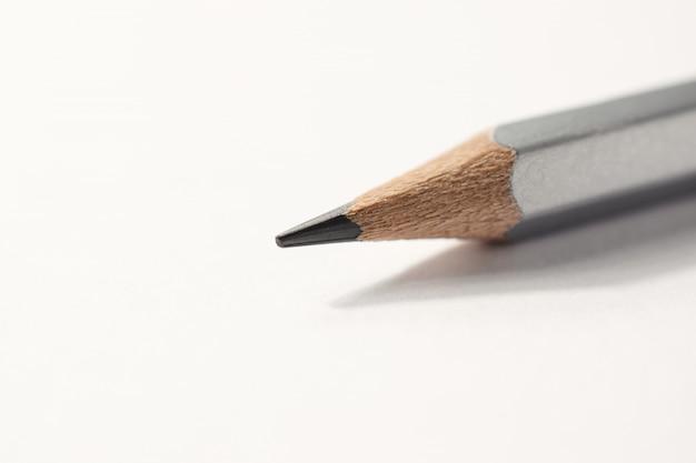 Macro dettaglio di una matita di grafite su uno sfondo bianco