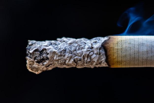 Macro fumo del dettaglio della sigaretta in sigaro