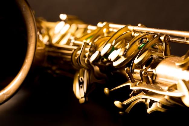 Macro fuoco selettivo del sax dorato del sax tenore