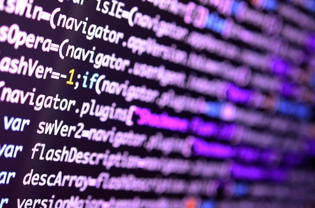 Macro shot della riga di comando sul monitor del computer dell'ufficio