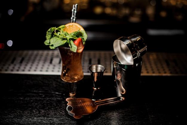 Macrofotografia del colpo con il cocktail fresco di estate