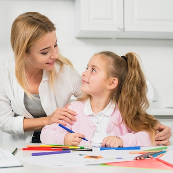 Madre aiutando la figlia con i suoi compiti