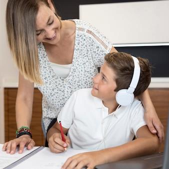 Madre aiutare suo figlio a finire i compiti