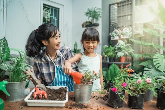 Madre allegra e figlia mentre piantano
