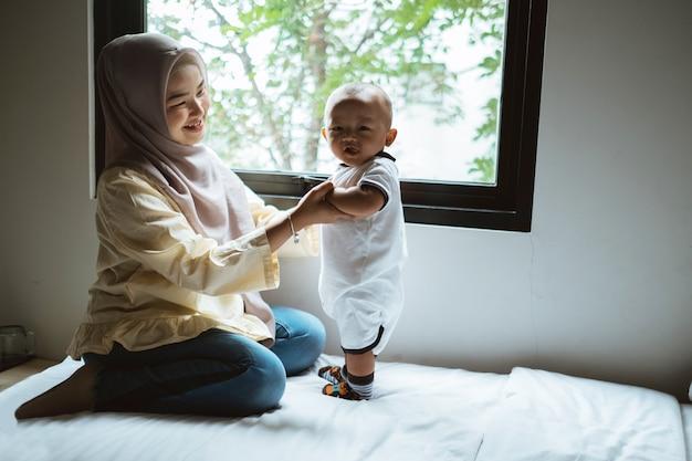 Madre asiatica musulmana e suo figlio