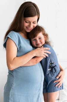 Madre che abbraccia sua figlia