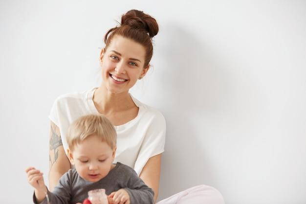Madre che alimenta il suo neonato con il cucchiaio