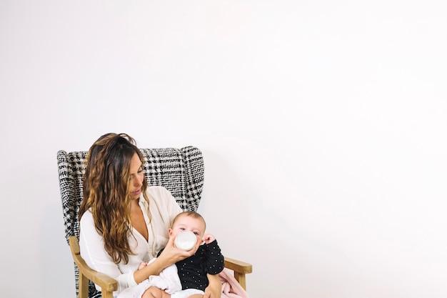 Madre che allatta bambino