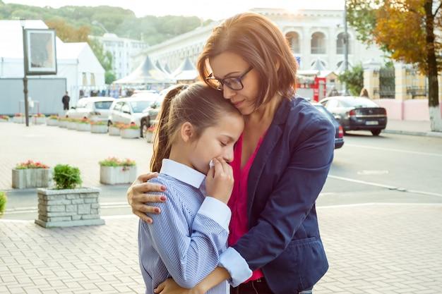 Madre che consola sua figlia piangere