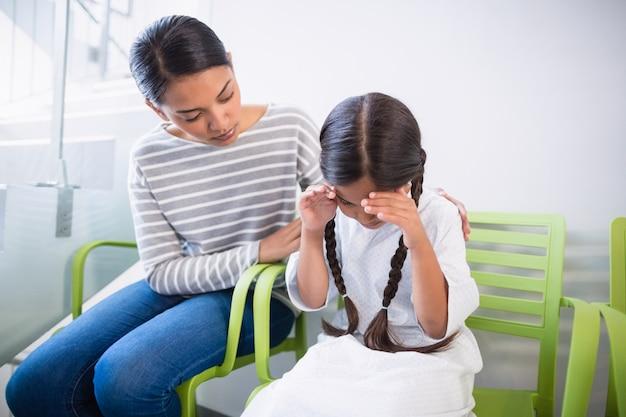 Madre che consola una figlia