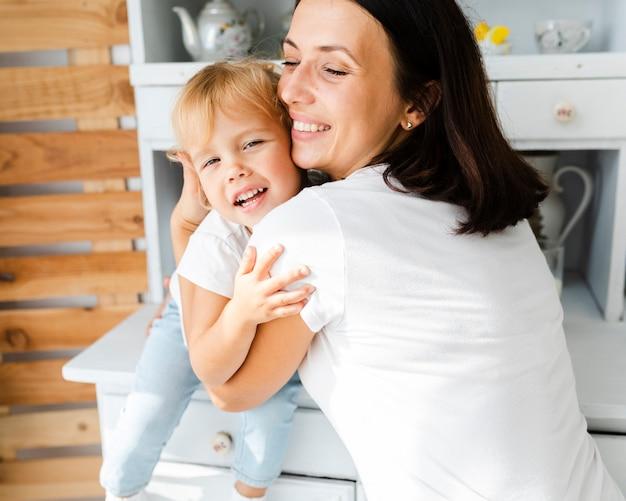 Madre che dà un abbraccio a sua figlia