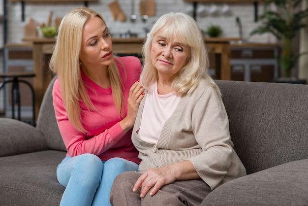 Madre che è turbata e figlia preoccupata