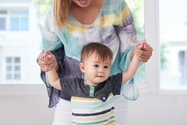 Madre che gioca con suo figlio