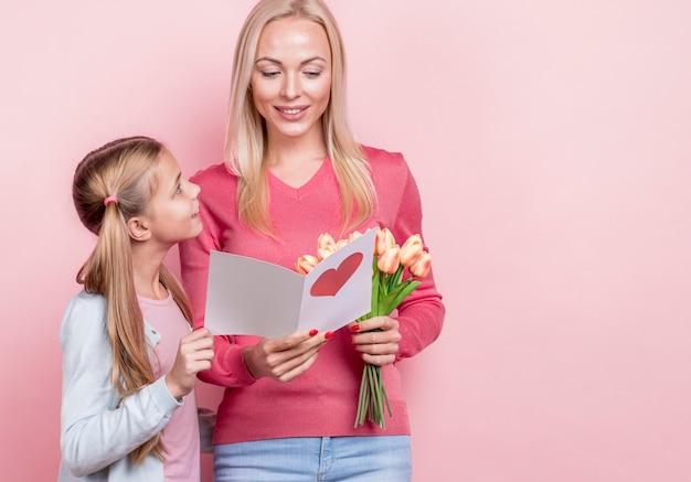 Madre che legge la lettera di sua figlia