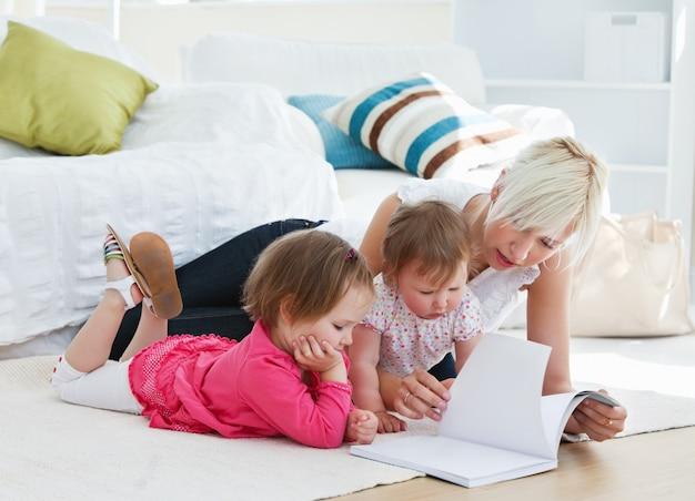 Madre che legge un libro con i bambini