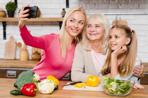 Madre che prende un selfie con la sua famiglia