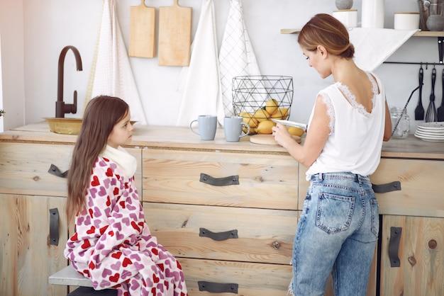 Madre che prepara il tè per sua figlia malata