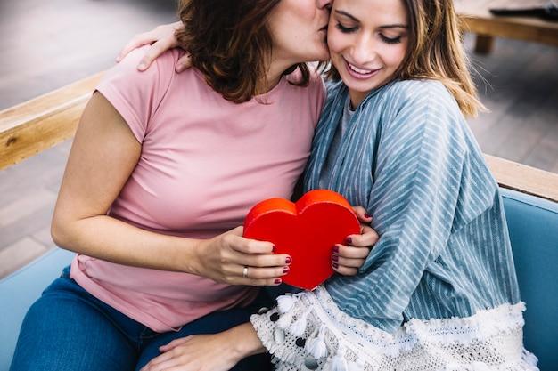 Madre che ringrazia la donna per il regalo di san valentino