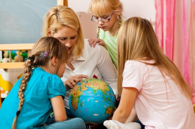 Madre che spiega il mondo ai suoi figli