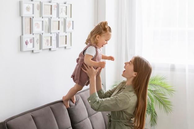 Madre che tiene bambino piccolo