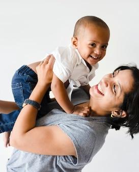 Madre che tiene il figlio con la felicità
