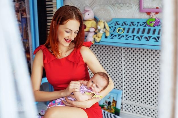 Madre che tiene teneramente un bambino. il concetto di neonato e famiglia.