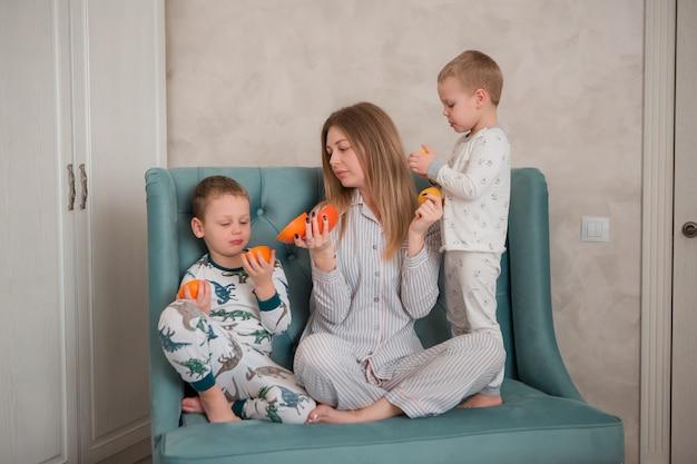 Madre con bambini facendo colazione
