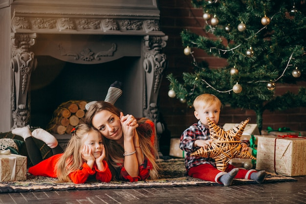 Madre con bambini per albero di natale
