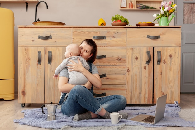 Madre con bambino a casa