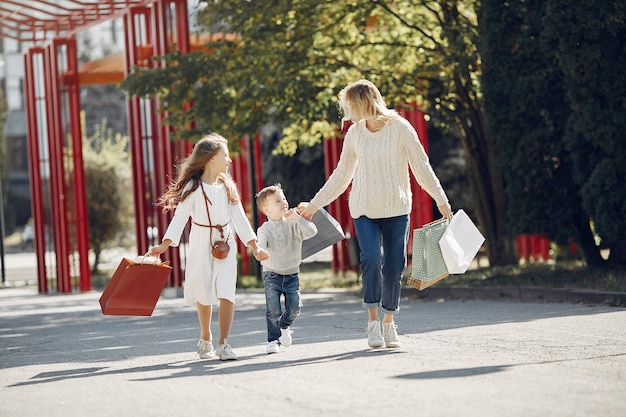 Madre con bambino con la borsa della spesa in una città